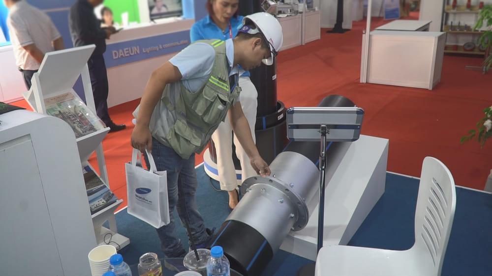 Khách hàng đang tham quan và xem sản phẩm ống nhựa HDPE cho truyền tải, cấp thoát nước