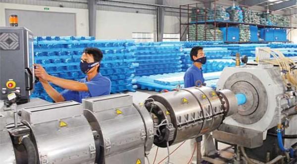 Công nhân mặc đồ bảo hộ tại nhà máy nhựa Trường Phát