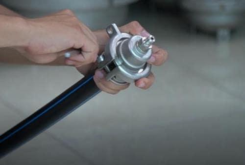 Cần đảm bảo bịt chặt đầu ống với nút bịt thủy tĩnh trước khi thử áp.