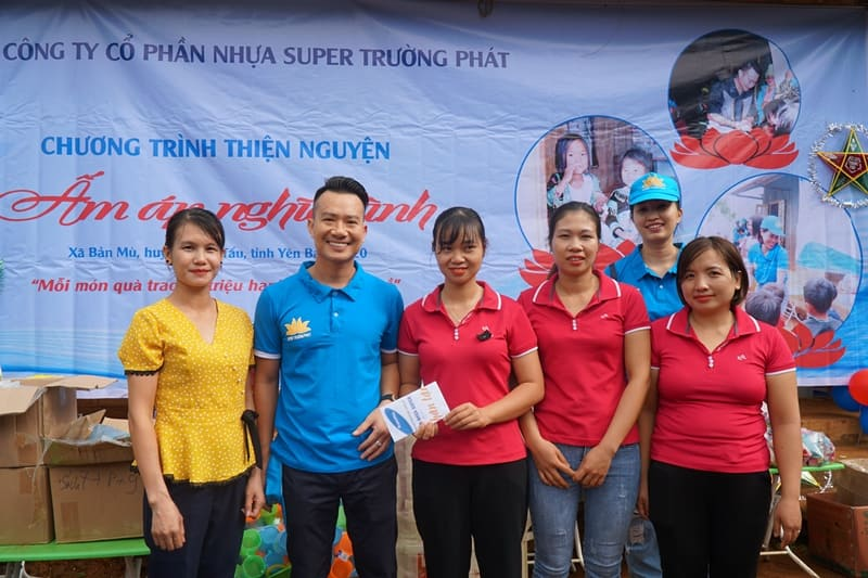 Chủ tịch HĐQT: Ông Phạm Quốc Chính trao quà tặng cho các cô giáo mầm non Bản Mù.